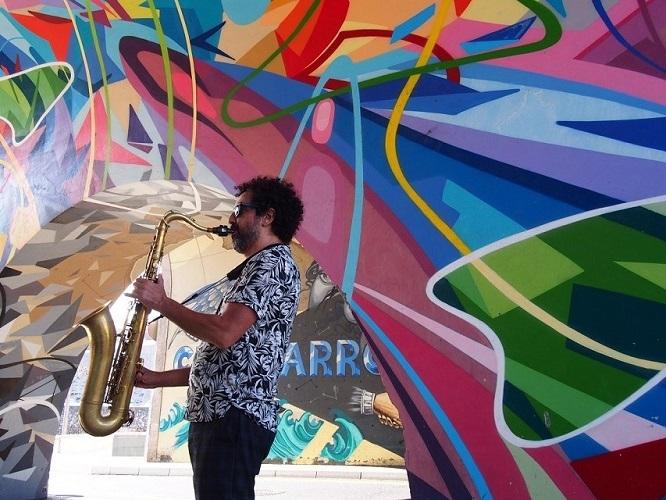 Instantánea del músico Fran Rodríguez tocando el saxofón